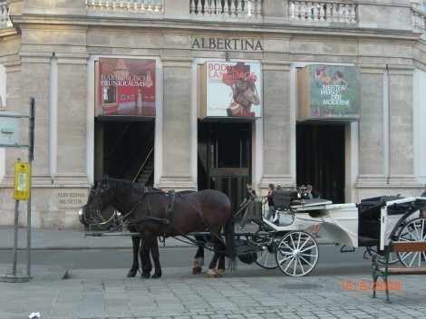 Geschichte für Touristen: Fiaker vor der Albertina, einem Kunstmuseum. Nur wo ist der kostümierte Kutscher?