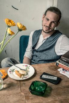Tilman Kalkhoff entwickelt in der Dunkelkammer seine Bilder. Foto: Cora-Mae Gregorschewski