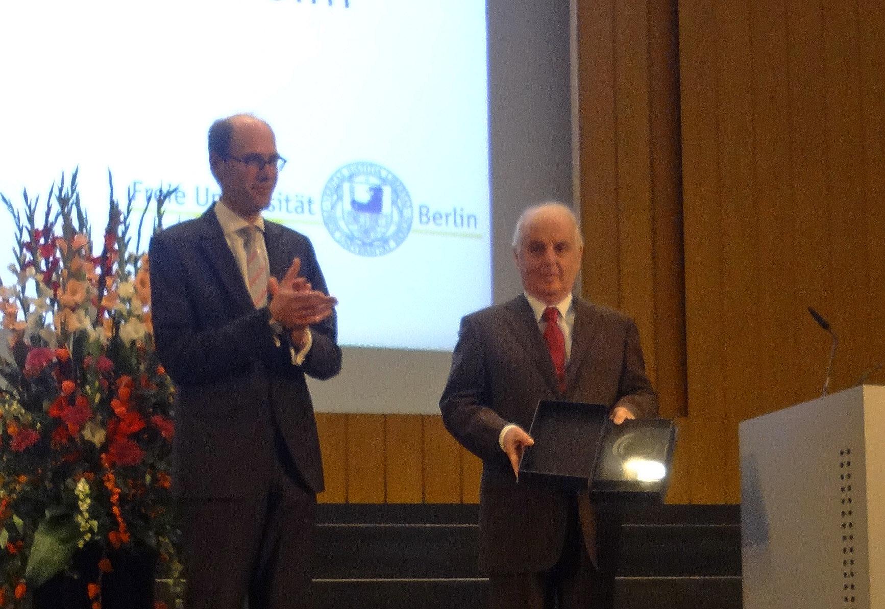 Peter-André Alt gratuliert Daniel Barenboim. Foto: Lior Shechori