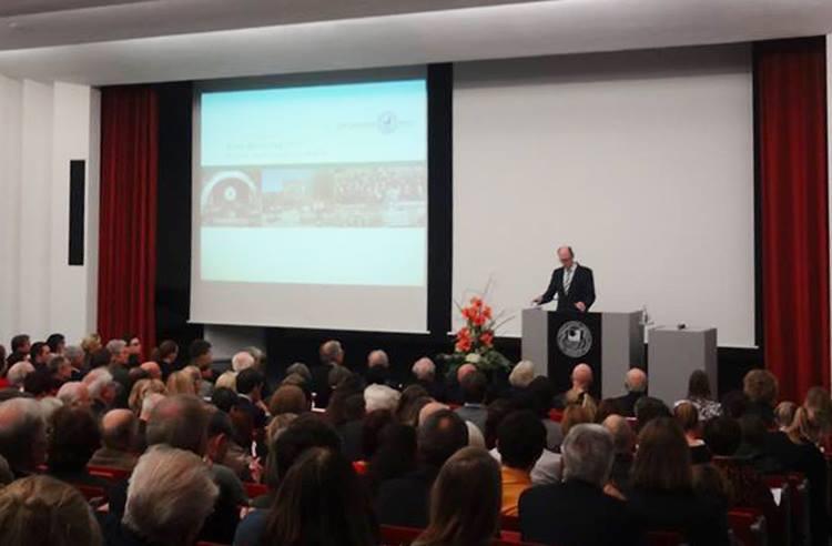 Hoch soll sie leben, die FU! Auf  dem Ernst-Reuter-Tag, usgerichtet vom Alumniverein, begrüßt Präsident Alt die Festgesellschaft. Foto: Karl Kelschebach