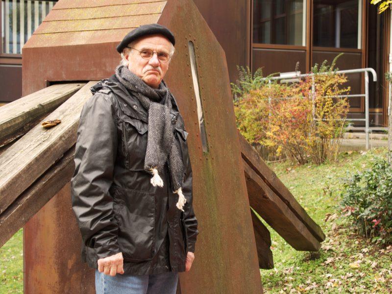 """Künstler Georg Seibert vor seiner Skulptur """"Haus des Ikarus"""" im Innenhof der Silberlaube. Foto: Gwendolyn Schneider-Rothhaar"""