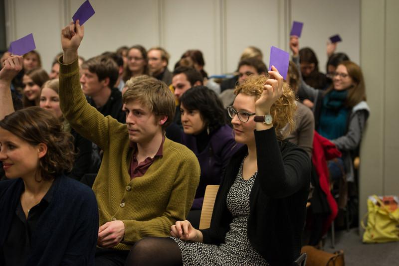 Die gut 60 meist studentischen Zuhörer stimmen über den Publikumspreis ab. Foto: Phil Dera