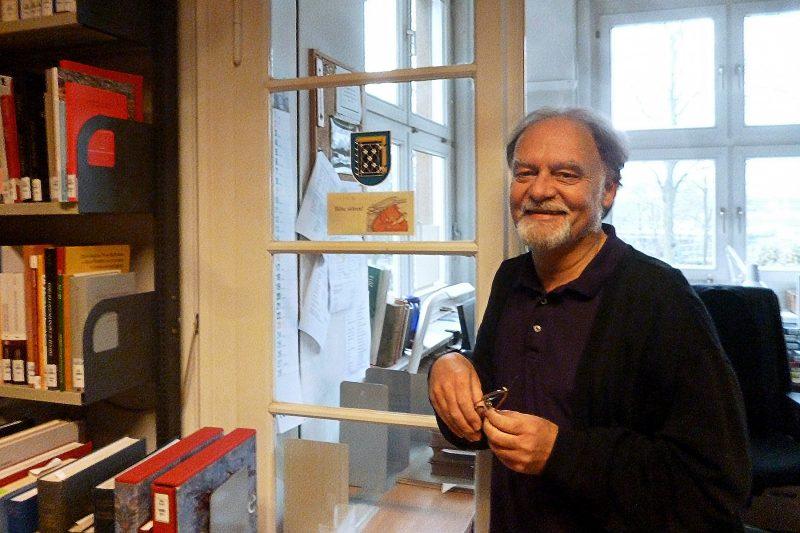 Bibliothekar Uwe Hafemeister vor der Tür zu seinem Büro. Foto: Lisbeth Schröder