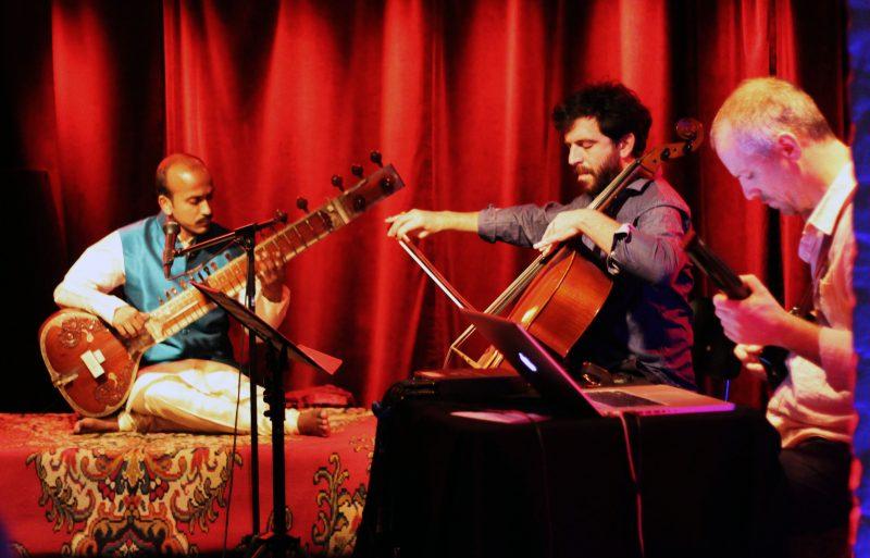 """Hindol Deb, Dan Weinstein und Amos Elkana """"verweben"""" Sound. Foto: Fabienne Bieri"""