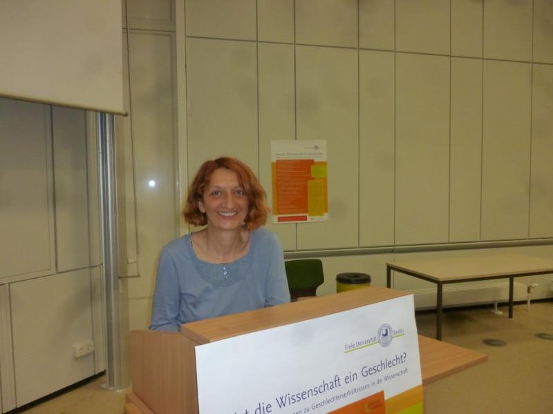 """Prof. Dr. Anina Mischau bei der Ringvorlesung """"Hat die Wissenschaft ein Geschlecht?"""" Foto: Lisbeth Schröder"""