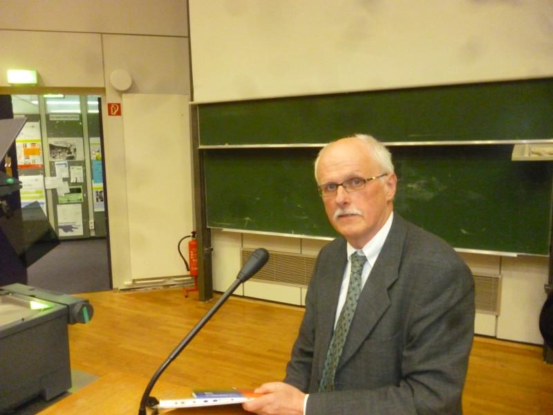 Holm Tetens bei der Auftaktvorlesung des offenen Hörsaals zum Thema Tod. Foto: Lisbeth Schröder