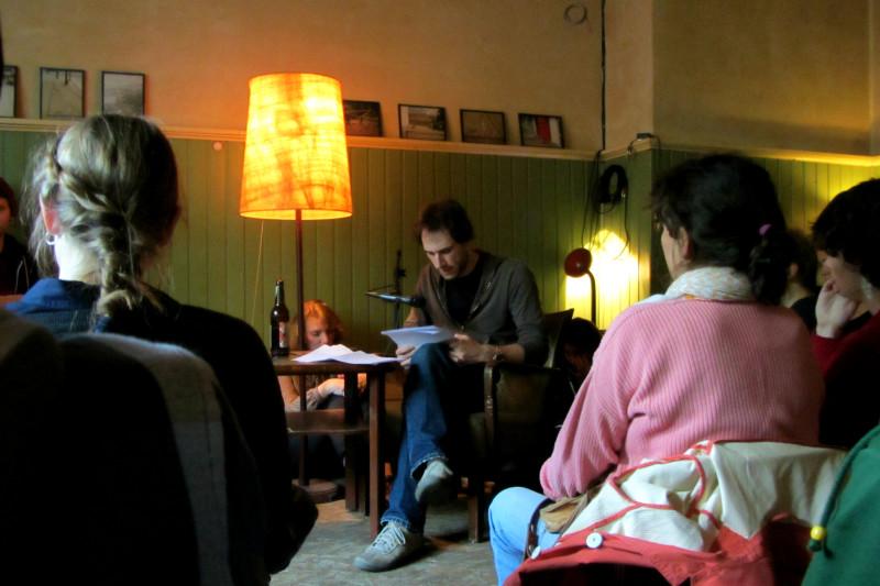 """Viktor Witte liest aus seinem bald erscheinenden Roman """"Ich bin hier"""". Foto: Elisabeth Botros"""
