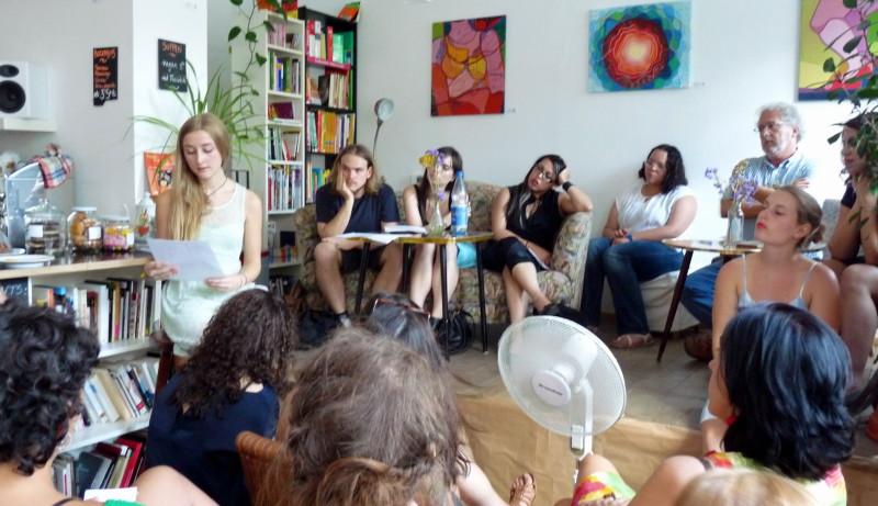 Héctor Abad und seine Studenten bei der Lesung. Foto: Friederike Oertel