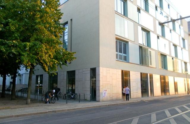 Blick auf die Bibliothek von der Georgenstraße Ecke Hegelplatz. Foto: Josephine Taraschkewitz