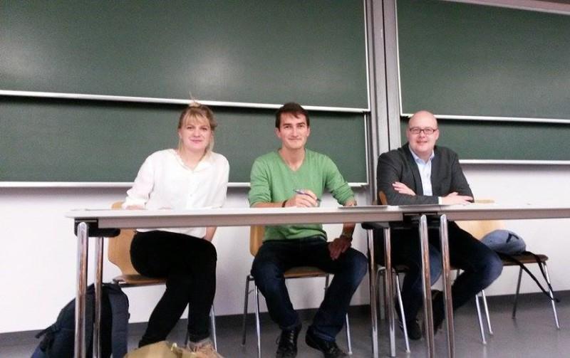 Die Organisatoren der Vorlesungsreihe Janina Urban, Lino Zeddies und Prof. Dr. Leonhard Dobusch. Foto: Lino Zeddies