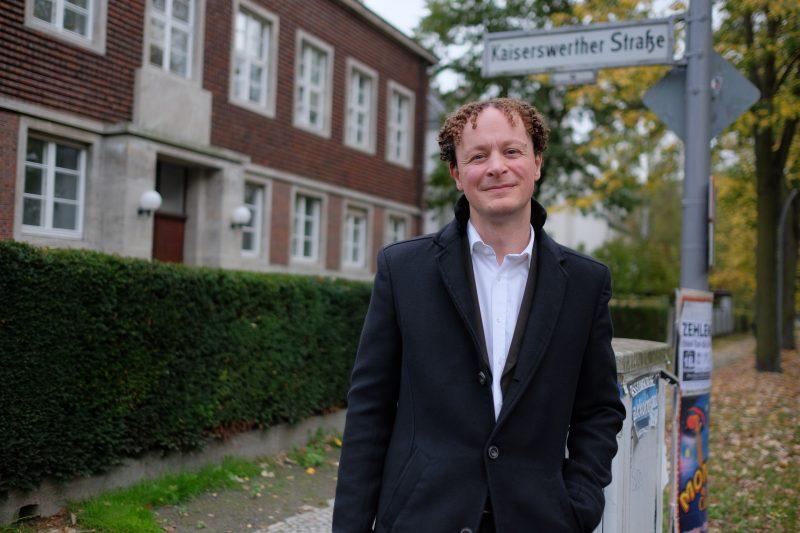 Klaus Hoffmann-Holland vor sseinem neuen Büro in der Kaiserswerther Straße