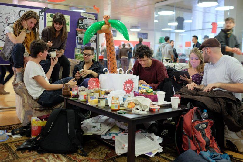 Im Couchcafé vor der Großen Mensa erwartete die Erstis das Programm der Kritischen Orientierungswoche. Foto: Christoph Spiegel