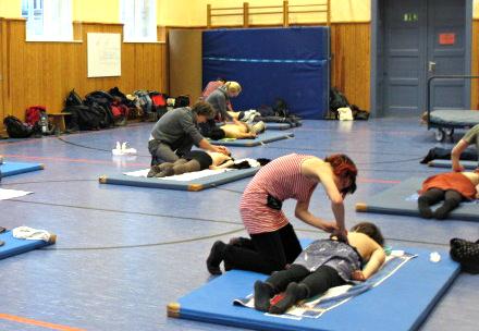 """""""Nun seid ihr an der Reihe"""": Konzentration und Feingefühl sind gefragt als die Teilnehmer die gelernten Massagetechniken an ihren Massagepartnern ausprobieren. Foto: Margarita Dreiling"""