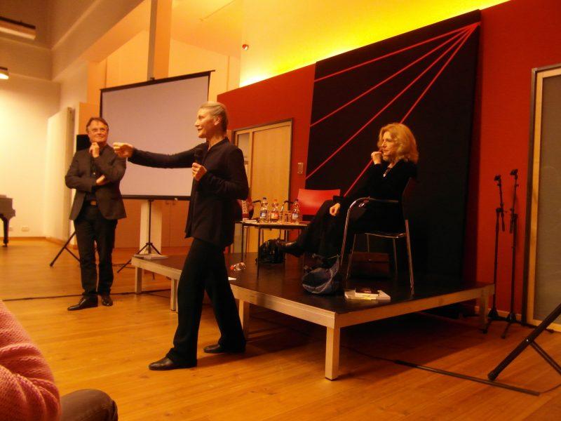 Reinhild Hoffmann und Martin Puttke tanzten während ihres Vortrags auch selbst vor. Foto: Sarah Ashrafian