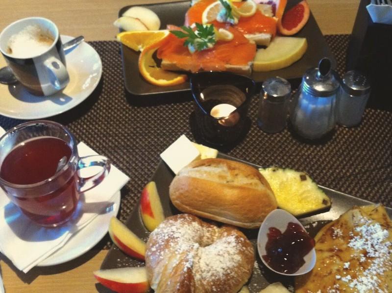 """Hinten das Frühstücksmenü """"Oslo"""", vorne das """"Süße Frühstück"""". Foto: Corinna Schlun"""