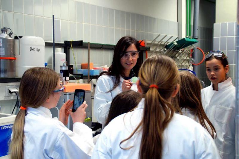 Die Mädchen dokumentieren fleißig ihr Erlebnis im Chemie-Labor. Foto: Hannah Lichtenthäler