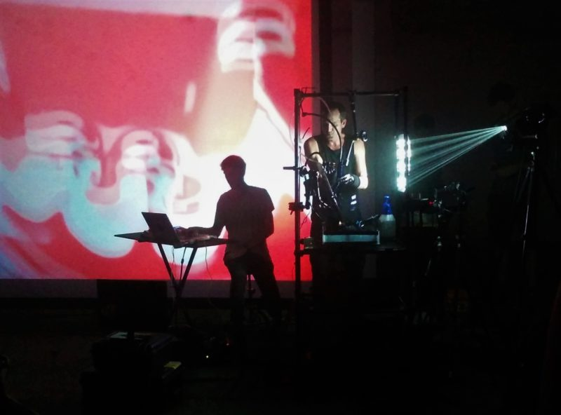 Die Künstler auf dem Krake-Festival verbinden Musik mit künstlerischen Darstellungen. Foto: Kim Mensing
