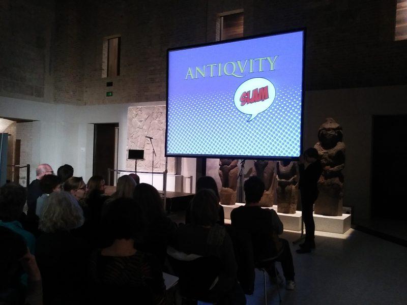 Beim Antiquity Slam sind Präsentationen erlaubt. Foto: Kim Mensing