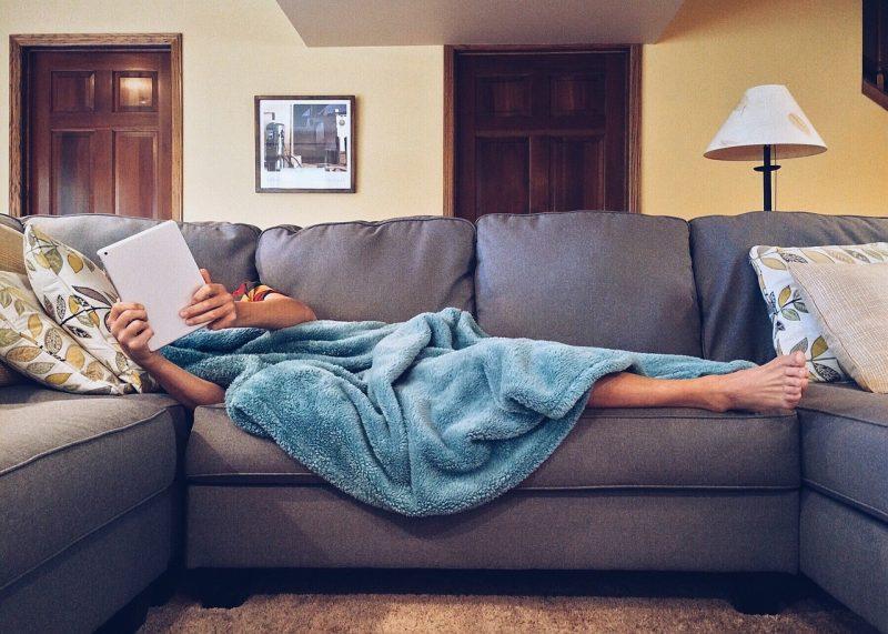 Warum rausgehen, wenn man auch den ganzen Tag gemütlich mit Netflix verbringen kann? Foto: Pixabay