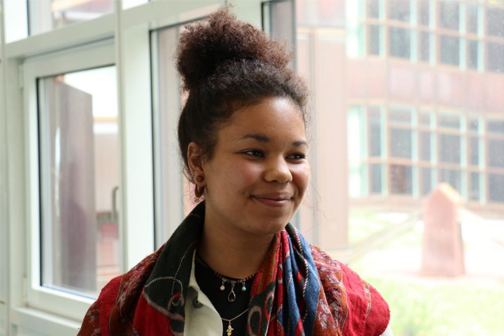 Alexiane, 21 und aus Paris, studiert an der FU Germanistik und ist vor allem froh, dass nicht Marine Le Pen an der Spitze Frankreichs stehen wird. Doch auch sie hält Macron nicht für den richtigen Präsidenten