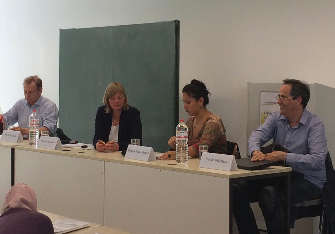 Roldán Mendívil (2.v.r.) bei der Podiumsdiskussion am OSI. (Foto: Felix Lorber)
