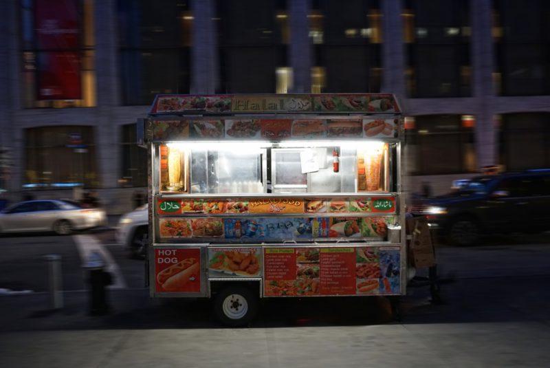 Adams Truck in der W 65th Street vor dem Lincoln Center for the Performing Arts, Upper West Side in Manhattan