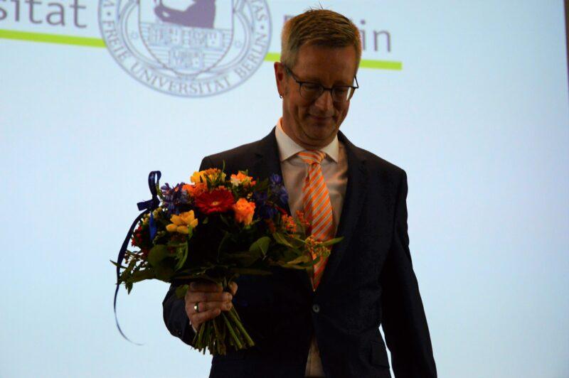 Die Wahl ist entschieden: Der Sieger und neue FU-Präsident Günter M. Ziegler im Blitzlichtgewitter. Foto: Rebecca Stegmann