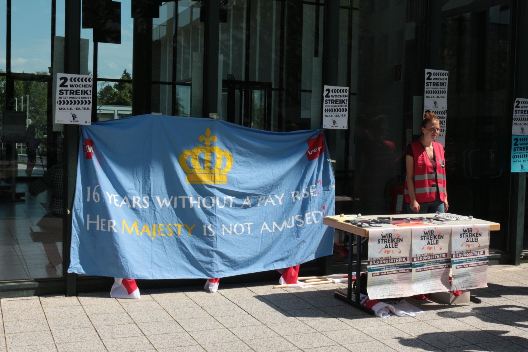 Infoposten am HFB-EIngang