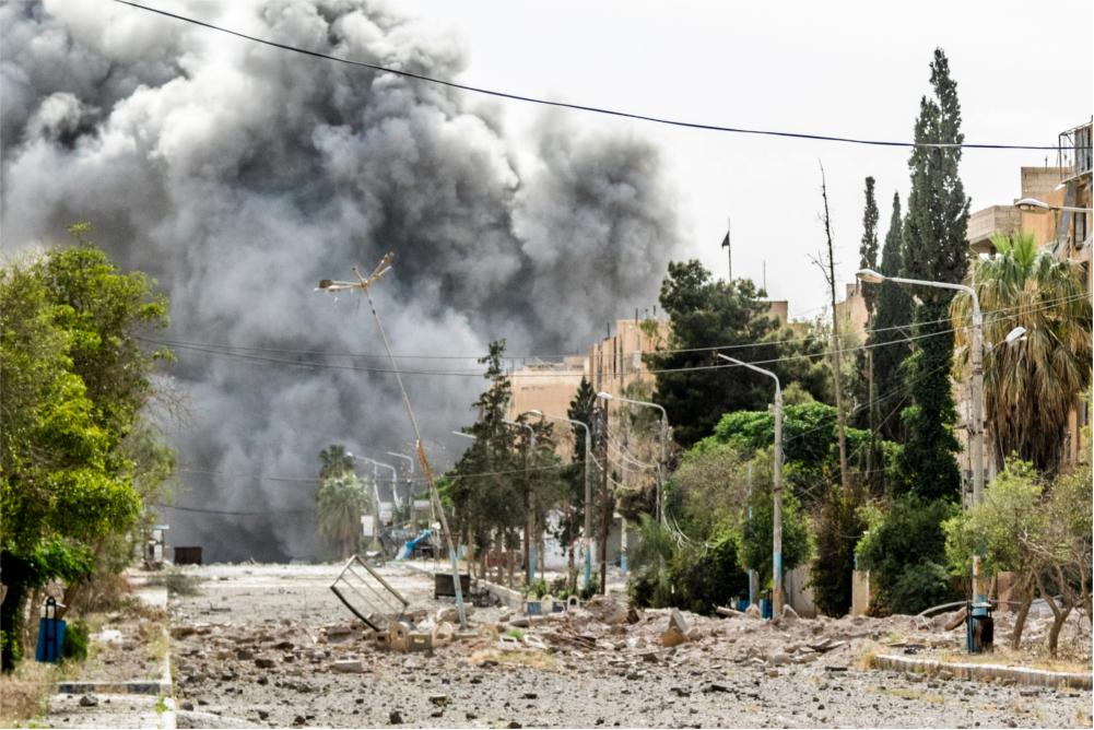 Die Straße rüber: Explosion im syrischen Tabka. (Foto: Willi Effenberger)